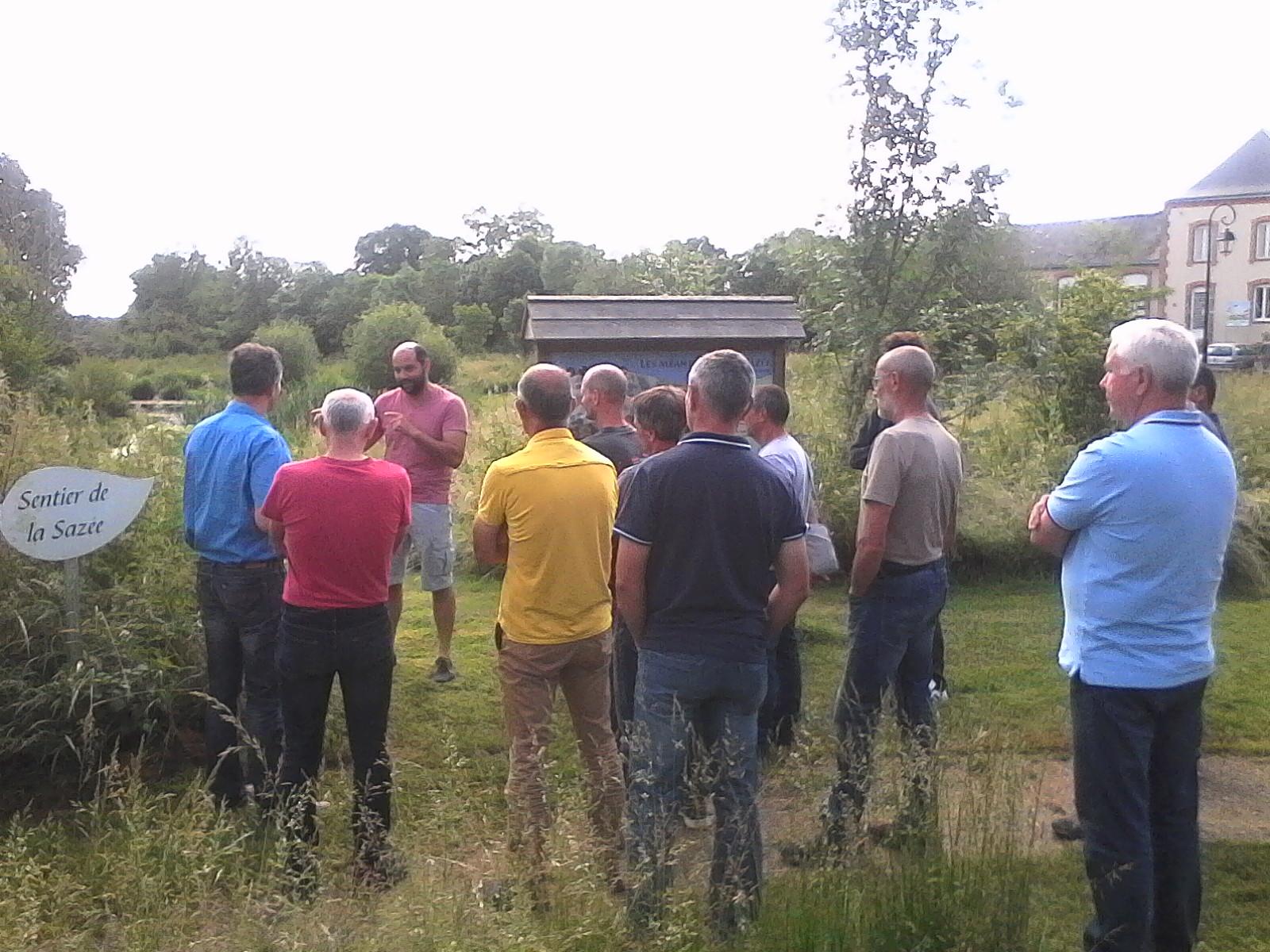 Les employers attentifs aux explications de M.gastineau élus de la commune d'Aviré - crédit phot Bassin de l'Oudon - 2018