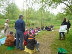 Les enfants attentifs aux explications sur les invertébrés de la fédération de pêche - mai 2016- c.p. SBOS